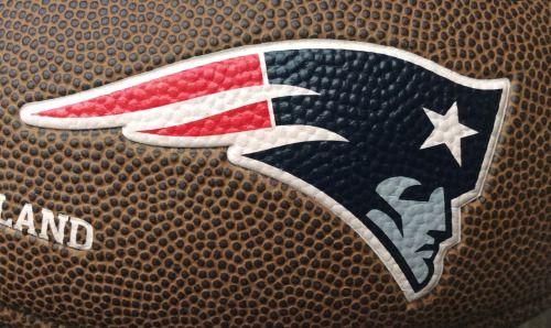 5 logos en un balón de fútbol americano: 1-3 New England Patriots; 4 National Football League; 5 Wilson.  5 logos found on a football ball: 1-3 New England Patriots; 4 National Football League; 5 Wilson.