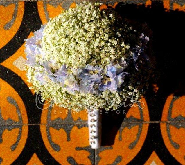 Bouquet da sposa di gypsophila e lisianthus personalizzato con cristalli svarowsky