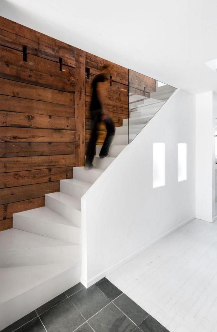 lambris mural lambris bois et escalier blanc - Chambre Adulte Lambris