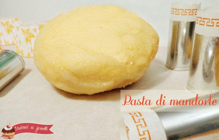 La pasta di mandorle è una pasta tipicamente usata per decorare dolci o torte. Ricetta pasta di mandorle per cartucce, pasticcini, dolcetti, fatta in casa.