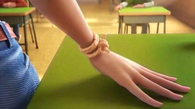 10. 20 años despuès Maria es una profesora de matemáticas que tienes todavía las cuerdas de su amigo