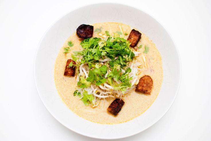 Nydelig middagssuppe med brokkoli, risnudler, koriander, bønnespirer og tofu eller...