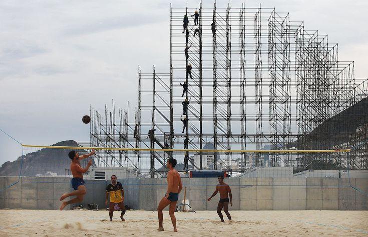 Lunedì 2 giugno 2014 Rio de Janeiro, Brasile Quattro ragazzi giocano a footvolley – un gioco che combina alcuni aspetti della pallavolo e altri del calcio – durante la costruzione del palco della FIFA Fan Fest, nella spiaggia di Copacabana.