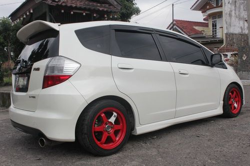 white honda jazz ge8