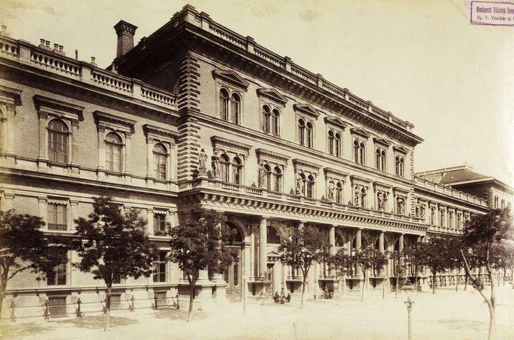 Fővám tér, a Fővámpalota (Ybl Miklós, 1874.) Duna felőli homlokzata (ma Corvinus Egyetem). A felvétel az 1890 körül készült. A kép forrását kérjük így adja meg: Fortepan / Budapest Főváros Levéltára. Levéltári jelzet: HU.BFL.XV.19.d.1.07.028