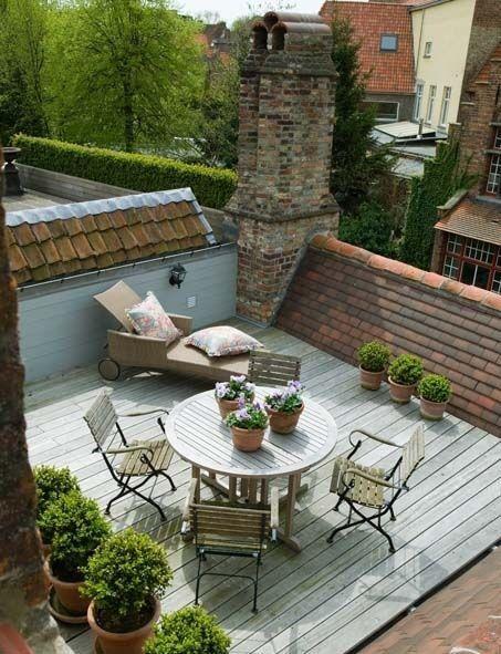 ... Dass Sich Als Dachterrasse Eignet, Kann Mit Viel Grün, Ein Paar Möbeln  Und Einer Markise Eine Kleine Oase über Den Dächern Schaffen.