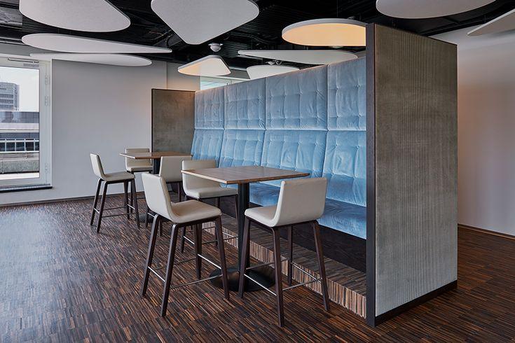 Aufenthalts- und Rückzugszonen für Mitarbeitende individuell eingerichtet mit Steh- und Sitzungstischen.