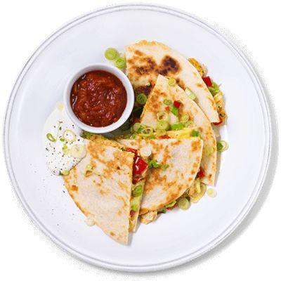 Quesadillas med kylling kan spises som snacks eller lunsj, eller være del av en full tacomiddag. Oppskrift på quesadillas med kylling, rømme og salsa.