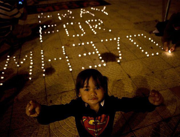 Dans son costume de Superman, cette petite fille semble vouloir voler au secours des 239 personnes à bord du Boeing 777 de Malaysia Airlines disparu samedi 8 mars. Les recherches n'ont pas permis de retrouver le moindre débris d'avion. À Kuala Lumpur, sur la place de l'Indépendance, les habitants se recueillent et prient pour les passagers.