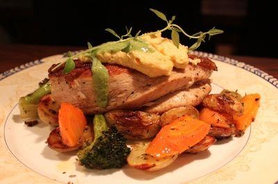 Kyllingfilet med maiskrem, pestosaus, råstekte grønnsaker og ovnsbakte potetbåter. (Hege'sKulinariskeFanatisme)