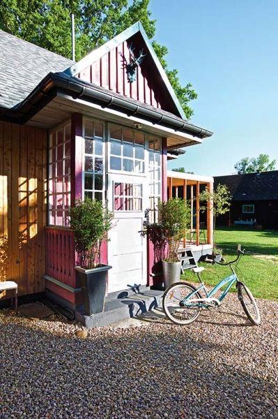 Do domu prowadzą dwa ganki. Przez różowy wchodzi się prosto do kuchni, dobudówki z lat 50.