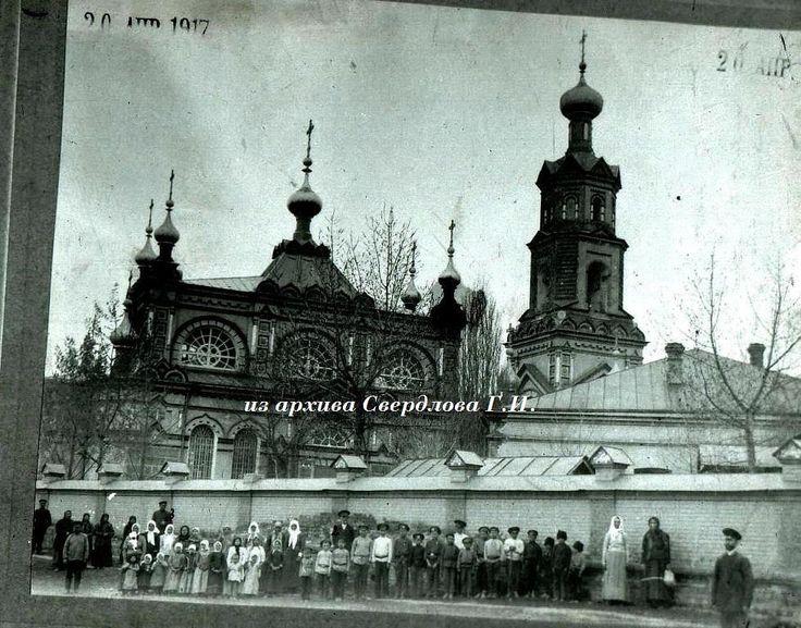 Ахтырка 1917 г. Ученики школы возле Михайловской церкви.При церкви была церковно-приходская школа.