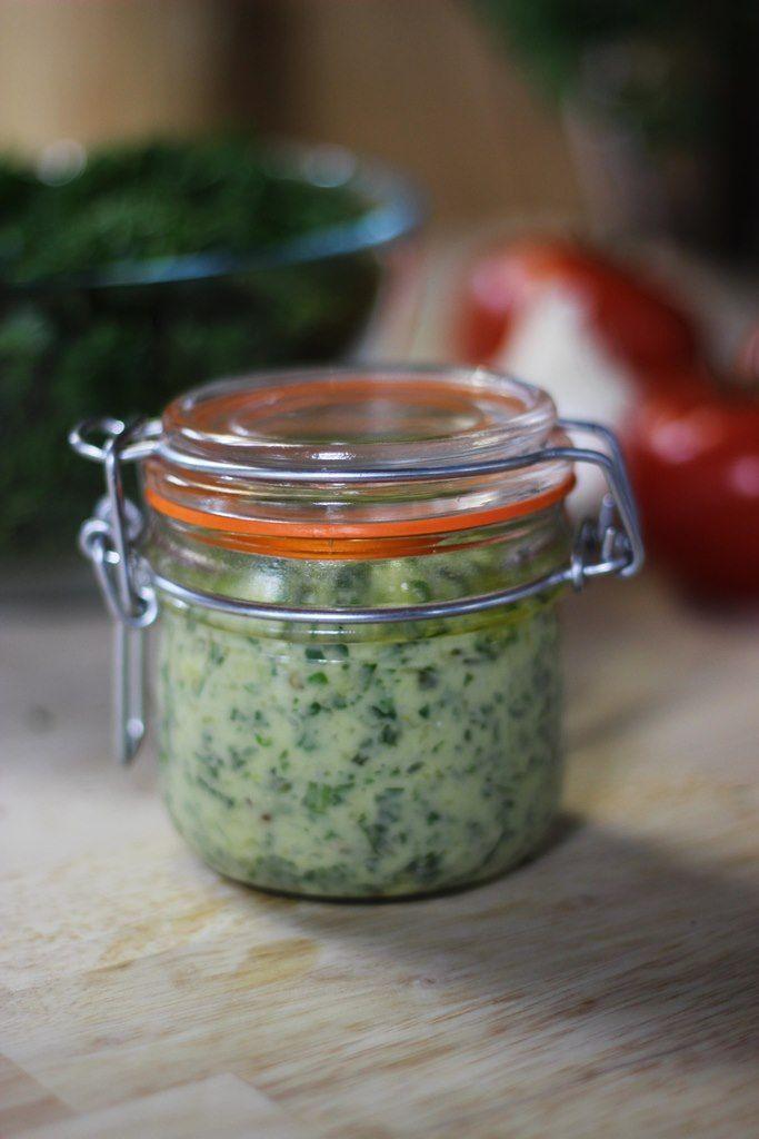 Bereiden:Pel de teentjes look en kook ze 2 à 3 minuten in een bodempje water. Doe de basilicum, de pijnboompitten, de look, de parmezaan, een snuifje zeezout en de olijfolie samen in de vijzel. Stamp fijn. Voeg op het einde de bladpeterselie toe en stamp mee fijn. Schep de pesto in glazen potjes. Bestrooi met een snuifje zeezout en giet er een dun laagje olijfolie bovenop om zeker te zijn dat de pesto goed bewaard. Tip: In een afgesloten potje in de koelkast kan je deze pesto 2 &agrave...