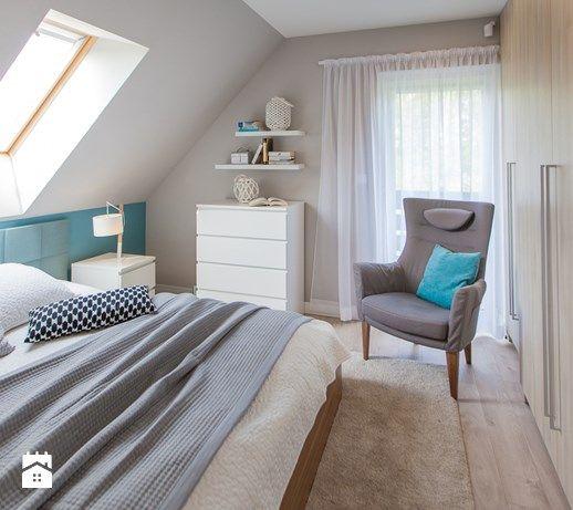 Średnia sypialnia małżeńska na poddaszu z balkonem / tarasem, styl nowoczesny - zdjęcie od TIKA Architektura wnętrz i krajobrazu