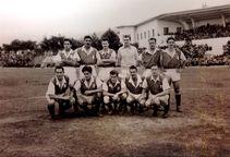 Independiente Santa Fe de 1950 en El Pulso del Fútbol Arriba (Izq-Der) Benegas, Perucca, Mioti, Chamorro, Arnadlo y Tachero Martínez. Abajo (Izq-Der) Contreras, Rial, Pontoni, Fernández y Charles Mitten.
