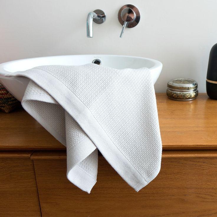 """Le set de 2 serviettes de toilette EKOBO Home s'inspire de tissus de bain traditionnels Turcs, ou """"peshtemal,"""" conçus d'un matériel absorbant et à séchage rapide. La gamme est certifiée GOTS et OEKO-TEX Standard 100, et chaque pièce est faite entièrement à partir de fil de coton organique ultra-doux.  € 17.00"""