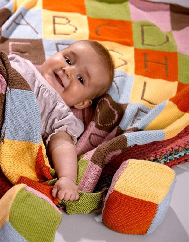 Skønt tæppe til baby og klodser til at lege med.