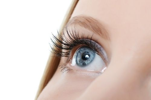 ¿Cómo hacer que crezcan las pestañas? Frota una pequeña cantidad de aceite de oliva o aceite de ricino en los párpados, en la base de las pestañas cada noche para animar a estas a ser más largas y más gruesas. Debes comenzar a ver señales de crecimiento de cabello nuevo después de un mes o dos. El nuevo crecimiento del pelo será más sano y más fuerte que el crecimiento del cabello anterior. El aceite de oliva también actúa como un acondicionador para mejorar la salud de tus pestañas.