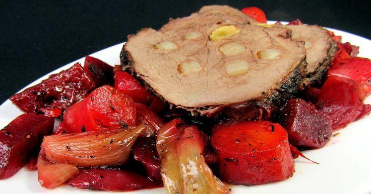 Hovězí pečené na mrkvi a červené řepě       1000 g hovězího masa (kýta, plec, krk...)  500 g červené řepy  300 g mrkve  300 g cibule  180 g ...