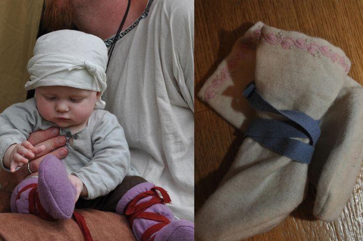 Jag gjorde tossor i ylle efter Fru Sofias mönster till min dotter 2010, fungerade finfint när det var lite kyligt. Liknar knähöga hosor men inte alls så formsydda.  Jag gjorde två par, det andra paret dekorerade jag med lite broderier och pärlor.