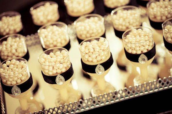 """Resolvi postar para vocês esta festa da Ludique Celebrações (clique) super conceitual!! O tema da decoração teve inspiração no quarto de Audrey Hepburn, """"criamos um ambiente intimista e com a cara da diva através do emprego de dois espelhos grandes e penteadeiras que serviriam de aparadores para os gifts incríveis e guloseimas, que emolduraram a mesa principal. …"""