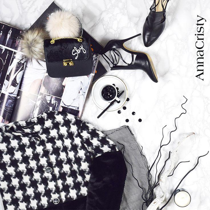 Cappotto pied de poul bianco nero con fondo in simil pelliccia Pantalone skinny in micro pied de poul bianco e nero Miny bag in cavallino Black and white