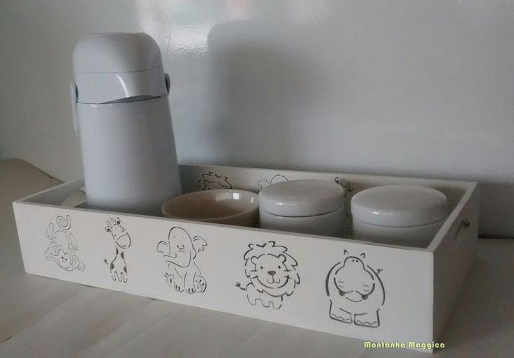 Lindo Kit higiene com 01 bandeja de 45cm de comprimento, 02 potes em porcelane e 01 molhadeira.    O VALOR NÃO INCLUI A GARRAFA.