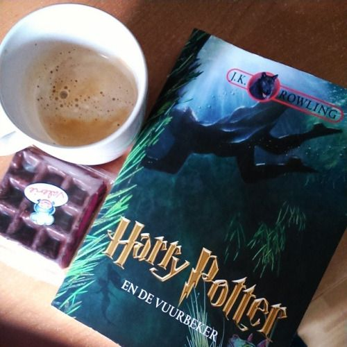 Afternoon break with snack 👓⚡📖#nowreading #harrypotter #vuurbeker #gobletoffire #break #coffee #snack #afternoon #lazyday