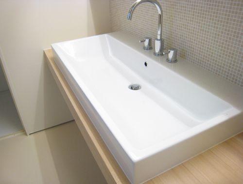 20071013-1.jpg我が家の洗面カウンターは横幅が約1.7m。 その上に設置した陶器の洗面器の幅が1m。洗面器の占める割合が高いのです。