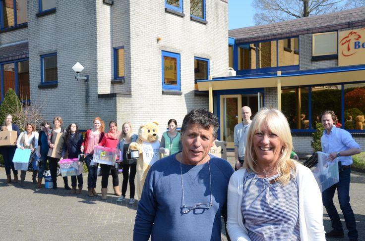 Wij, Alex en Sonja, waren vandaag op het kantoor in Nederland om de verf op te halen om La Draille in een nieuw jasje te steken. Veel collega's staken een helpende hand toe… Zelfs BUR de Beer hielp een verfpootje mee…:-)