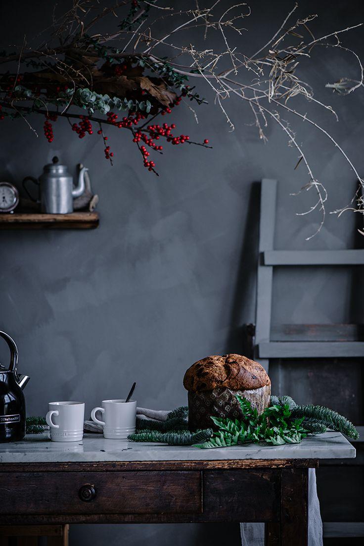 Panettone o dulce de Navidad. Ingredientes del prefermento 250 gr de harina de fuerza 8 gr de levadura de panadero (seca) 250 gr de agua Ingredientes masa final 500 gr de harina de fuerza 8 gr de levadura de panadero (seca) 145 gr de azúcar 200 gr de mantequilla bien fría, cortada a dados 2 huevos de gallinas felices 2 yemas 100 gr de leche entera 100 gr Pepitas de chocolate (opcional) Sal