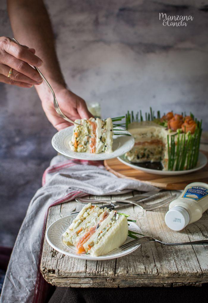 Tarta sandwich de ensalada de huevo y salmón ahumado