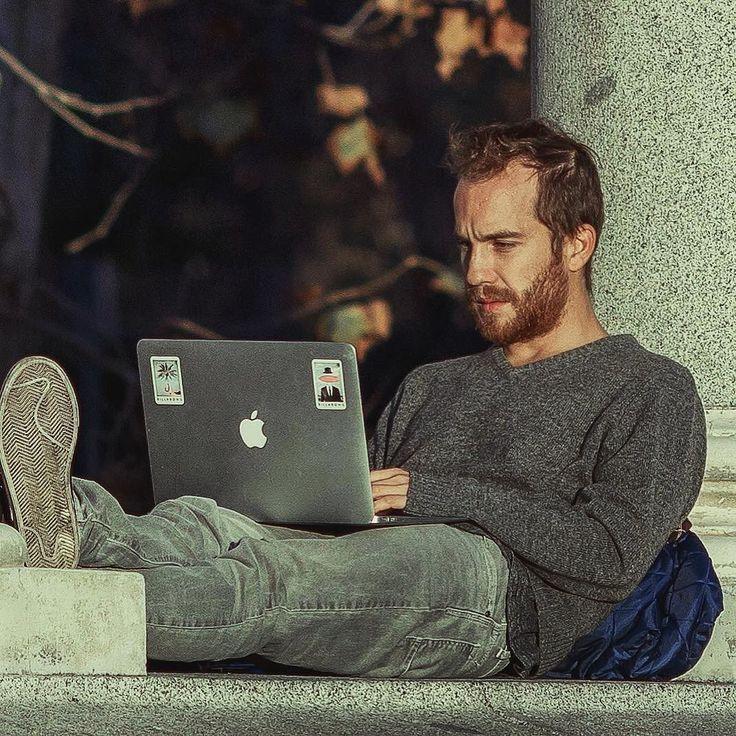 el trabajo ideal // the ideal job  #madrid #retiro #portrait #streetphotography #macbook #portatil #job #trabajo #relax #relaxing #chill #tranquilo #relajado #candid #crossedlegs #trabajando #office #oficina