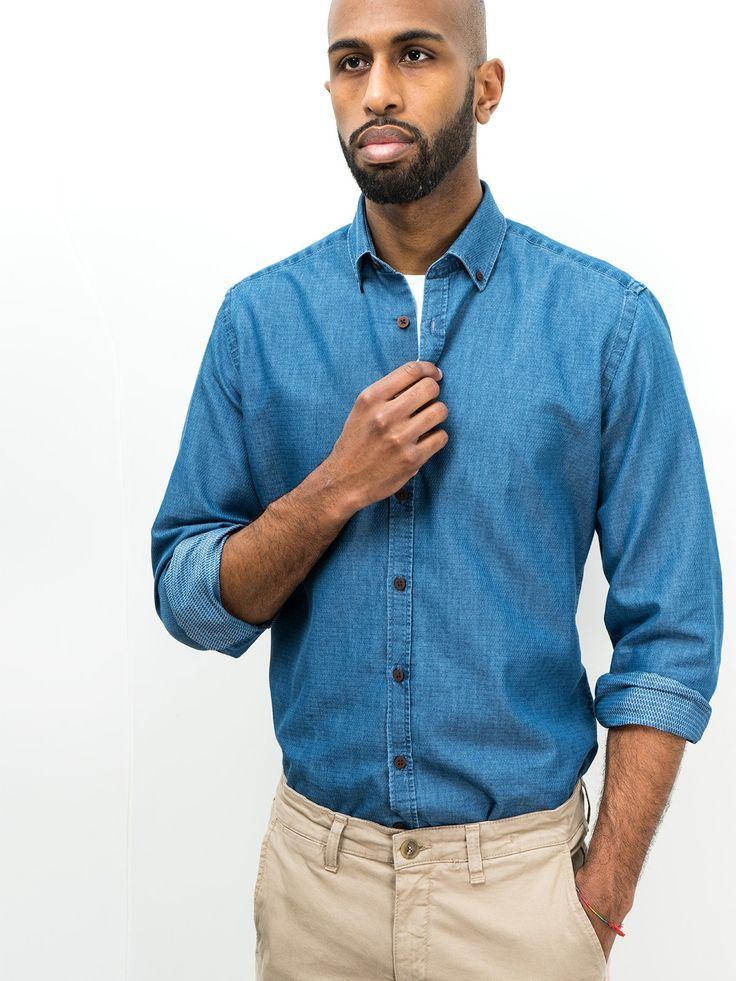 SOLOiO  Camisa de algodón denim de corte recto con cuello button down y puño con cierre de botón.  www.soloio.com  #shoponline #SOLOiO #menswear #menfashion #menstyle #menshirt #italiancolar  #lightblue #blue #white #camicia #madeinitaly #camiciaitaliana #denim