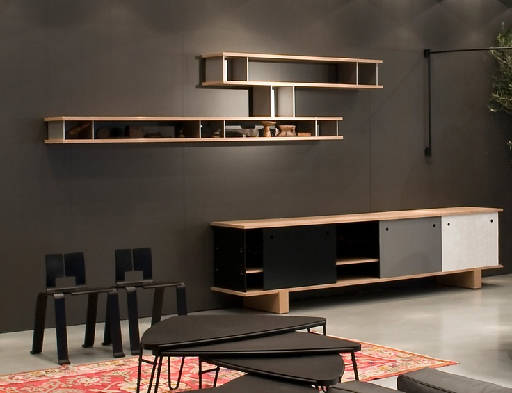 The compositions go from sideboards and cupboards to bookshelves, with ground support or hung following symmetrical and asymmetrical plans, or even free-standing bookcases capable of structuring the architecture of a space.