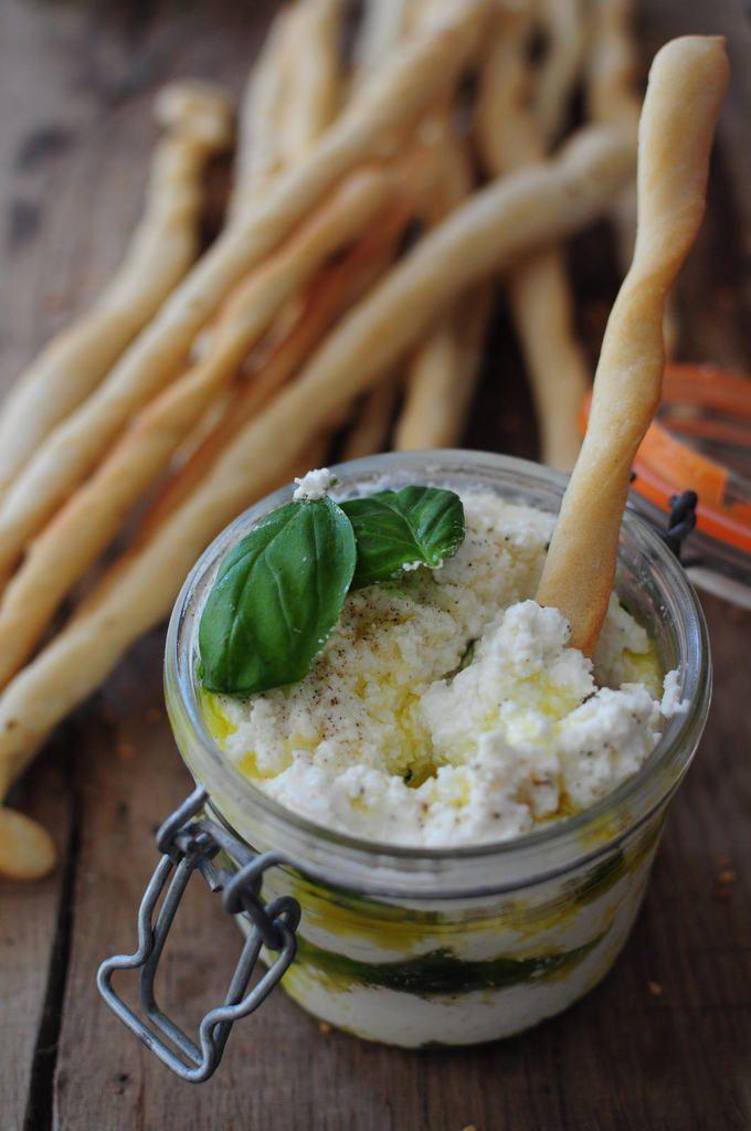 Mozzarella chèvre basilic et huile d'olive pour un apéro en bocal