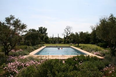 Transformation d'une piscine traditionnelle avec margelles et skimmers en piscine miroir et intégration d'un volet automatique immergépar MGAConceptdans la région d'Aix en Provence.
