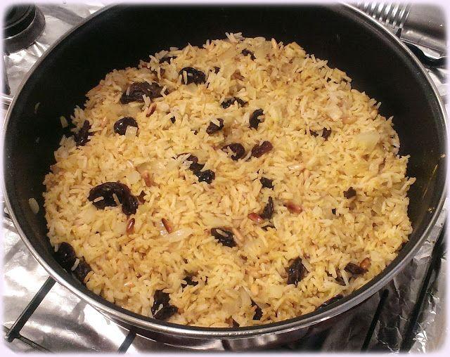 Arroz estilo hindú con pasas y piñones // Ingredientes (4): - 300 g arroz basmati - 100 g uvas pasas sin semillas. - 50 g de piñones (o en su lugar 100 g de cacahuetes pelados) - Media cebolla grande. - 3 cucharadas soperas de curry en polvo. - Media cucharadita de canela molida. - 4 cucharadas soperas de Aceite de Oliva Virgen Extra - Sal.