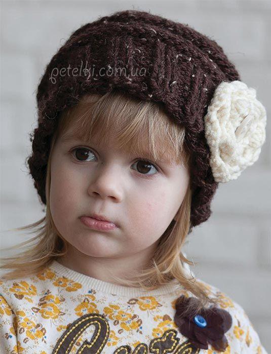 Теплая шапка с цветком для девочки. Описание вязания спицами