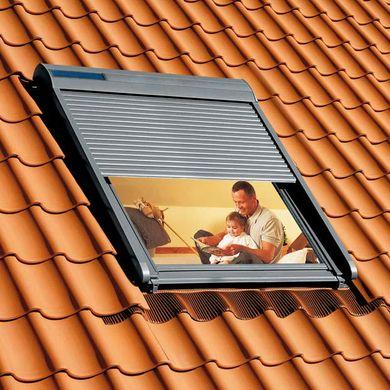 Optez pour le confort et la sécurité avec le volet roulant Velux solaire SSL. Autonome en énergie en toute saison, il se fixe sur vos fenêtres de toit et vous préserve du froid, du bruit et du soleil.