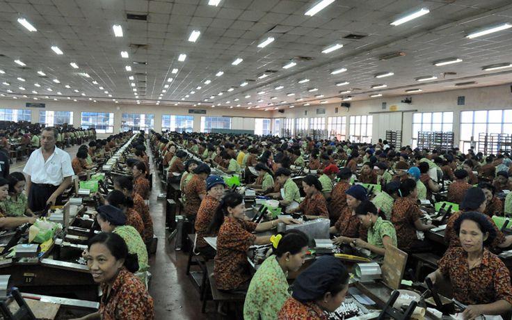 Een traditionele sigarettenfabriek, waar de sigaretten nog met de hand gerold worden. Rondreis - Vakantie - Indonesië - Java - Kediri - Oost-Java