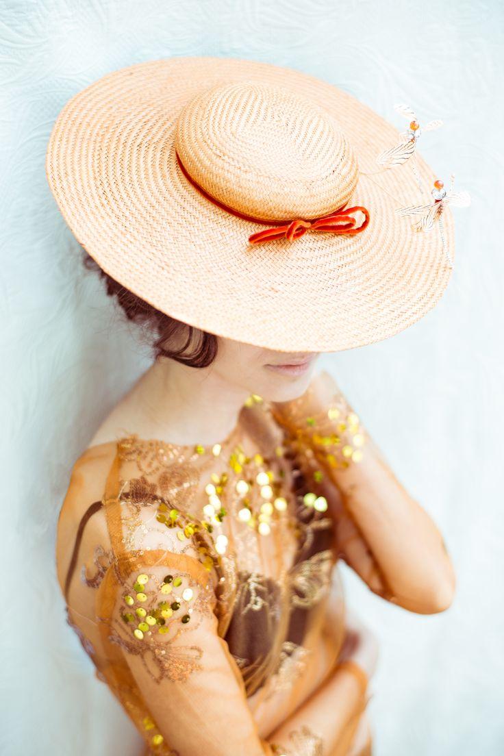 Sombrero Gala                                                                        Realizado a mano en base buntal  con ribetes de  terciopelo, ,libélulas en plumas de faisán con acabados es swarovski