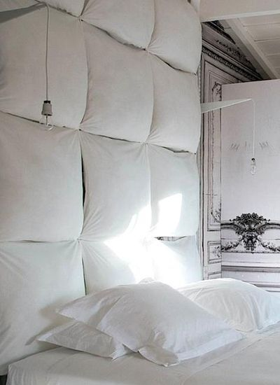 Pillows as a headboard - attach to wall (or plywood) with velcro for easy washing.  Brilliant! ★