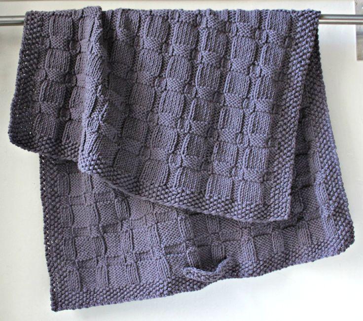 Håndstrikkede håndklæder var meget almindelige, da jeg var barn – mest sådan nogle små nogle til køkken- og gæstebrug. Og hvor var de dog fine og skønne – og gerne strikket af min farmor. Jeg har opdateret det håndstrikkede håndklæde i en lidt større udgave og i en skøn grå nuance. Det er tykt, blødt og lækkert, og strukturmønsteret beskrives…