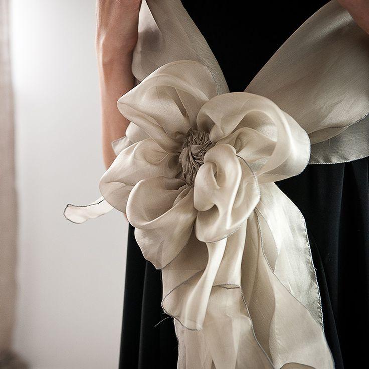 Stola in organza di seta con morbido fiore realizzato a mano.