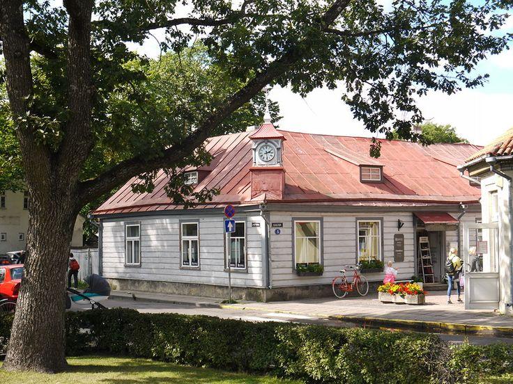 Сааремае,  Эстония,   Своё название Курессааре менял трижды. До 1917 года он был Аренсбург, что в переводе означает «орлиный замок». Потом был переименован в Курессааре, «остров аистов», так раньше назывался и весь остров.