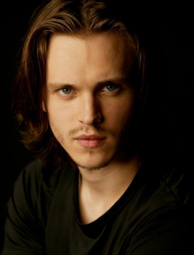 Jonathan Jackson~ This is what Nathaniel looks like :)