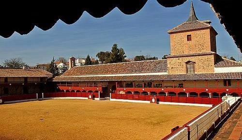 plaza de toros cuadrada y ermita de santa cruz de mudela.