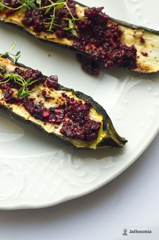 jadłonomia • przepisy wegetariańskie: Pieczone cukinie z buraczaną salsą