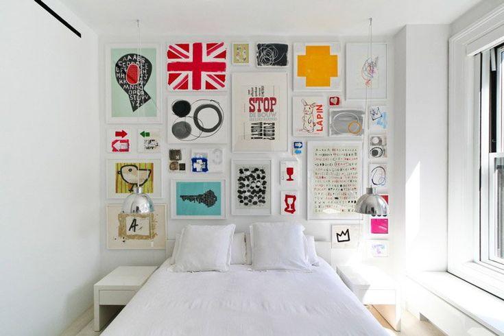 A cor branca deixa os ambientes maiores, e aposte em uma combinação supercolorida de vários quadrinhos na parede da cabeceira!